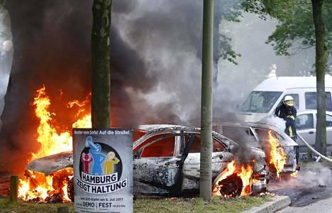 Hampurissa on palanut useita autoja ja kaupungin yllä leijui perjantaiaamuna tumma savupilvi.