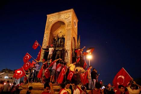 Presidentti Erdoganin kannattajat kokoontuvat Taksim-aukiolle vallankaappauksen aikana 16. heinäkuuta.