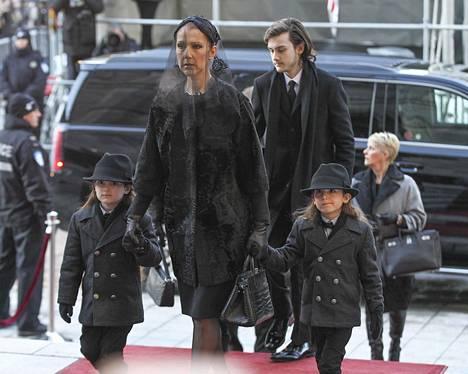 Celine Dion saapuu hautajaisiin poikiensa Eddyn ja Nelsonin sekä Rene-Charlesin kanssa.