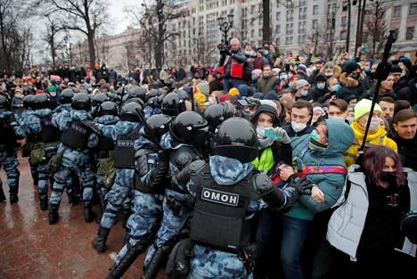 Poliisit ja mielenosoittajat ottavat yhteen.