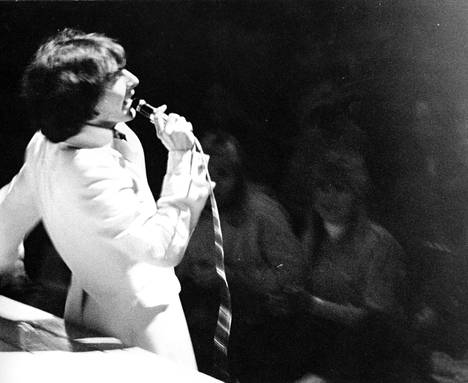 Vanha 70-luvun kuva Kirka Babitzinista esiintymässä.