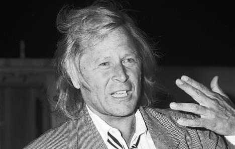 Peter Nygård vieraili Suomessa syksyllä 1987. Suomalainen Sari väittää, että tuon vierailun aikana Nygård raiskasi hänet.