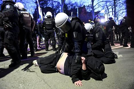 Poliisi kertoo luulleensa, että molemmat kiinniotetut olivat kulkueen osallistujia.