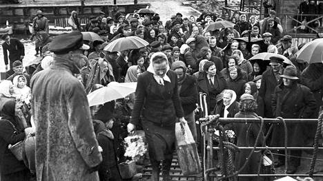 Jari Tervon romaani nosti inkeriläiset taas puheenaiheeksi. Kuvassa Inkeriläisiä Viron Paldiskin satamassa 1944 nousemassa Suomi-laivaan.