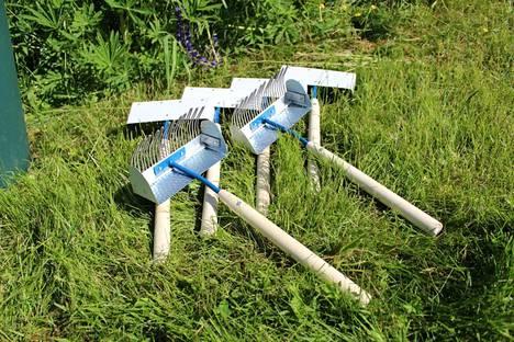 Hyrynsalmelaisen Jouni Heikkisen valmistamat marjaharavat ovat nousseet ammattimaisesti poimivien suosioon vankan rakenteensa ja poimintatehonsa ansiosta.
