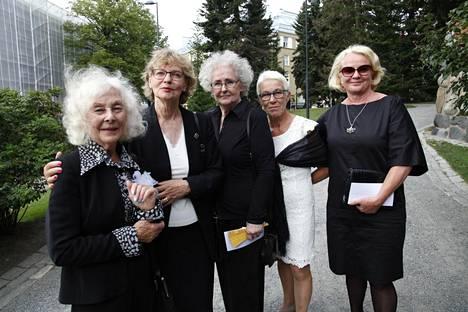 Näillä ladyilla on hauskoja muistoja Tapani Pertusta. Teatterineuvosta saattelemassa olivat Seela Sella (vas.), Liisa Roine, Tuija Vuolle, Tuija Ernamo ja Marjut Sariola.