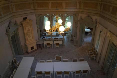 Juhlasali sen parvekkeelta nähtynä. Tässä salissa tanssittiin Rauhalinnan avajaisia 27. heinäkuuta 1900.