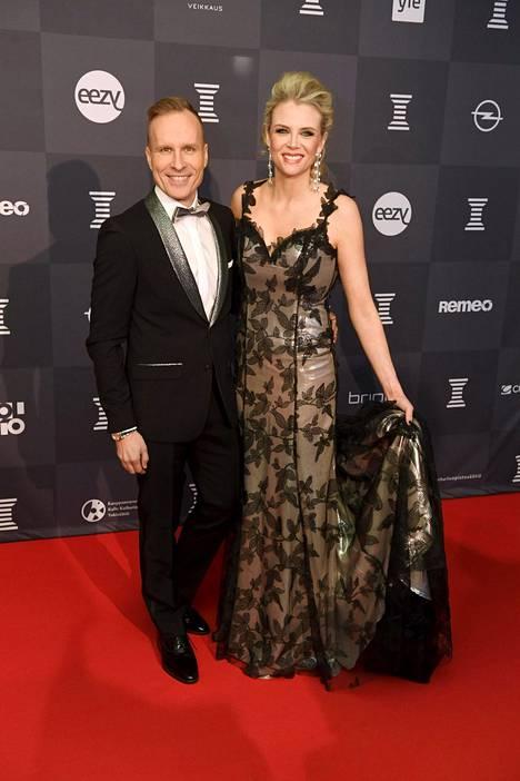Juontajat Mikko Kekäläinen ja Susanna Laine hymyilivät leveästi punaisella matolla.