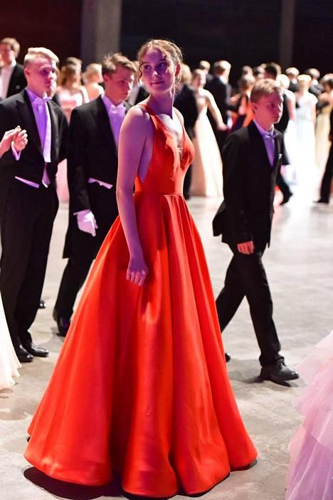 Turkulaisen Nea Karhun mekon punainen väri ja yksinkertaisuus erottui hyvin satojen tanssijoiden joukosta.