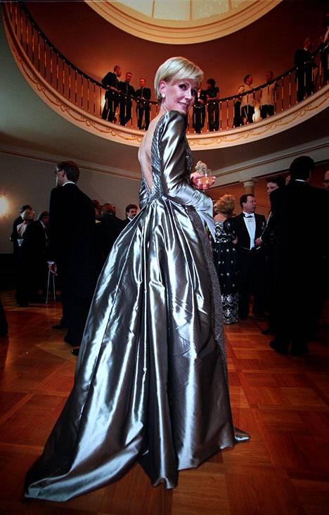 Leena Harkimo säihkyi metallinhohtoisessa puvussaan vuonna 1997.