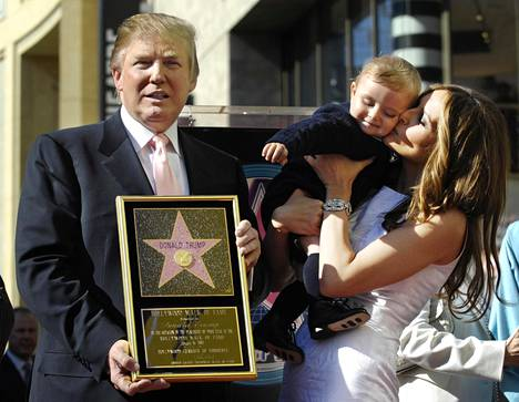 Donald Trump osallistui vaimonsa Melanian ja poikansa Barronin kanssa vuonna 2007 tilaisuuteen, jossa tähti paljastettiin.