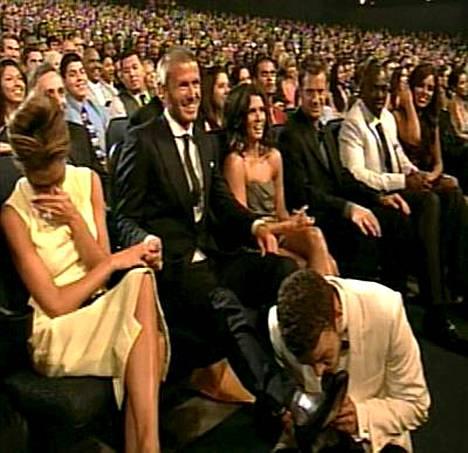 Justin Timberlake nuuhkaisi jalkapallomiljonäärin jalkaa ja sai aina hillityn Victoria Beckhamin räjähtämään nauruun.