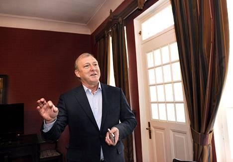 Ramis Deberdejev hotelli Rantalinnan prinssinhuoneessa.