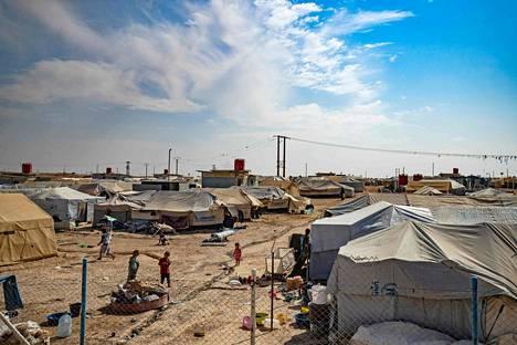 Yleiskuvaa kurdien pyörittämästä al-Holin leiristä. Leiri on tarkoitettu sisäisille pakolaisille, mutta sen lisäosassa on myös Isis-taisteilijoiden perheenjäseniksi epäiltyjä ulkomaalaisia.