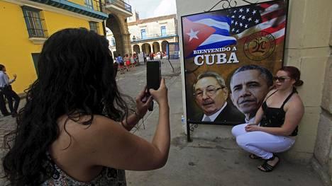Julisteessa Barack Obama toivotetaan tervetulleeksi maahan.