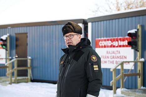 Tornion kaupungin terveystarkastuspisteen pääsee ohittamaan sujuvasti, jos mukana on todistus sairastetusta koronasta tai negatiivisesta testituloksesta, sanoo Tornion rajanylityspaikan päällikkö Tapio Kulmala.