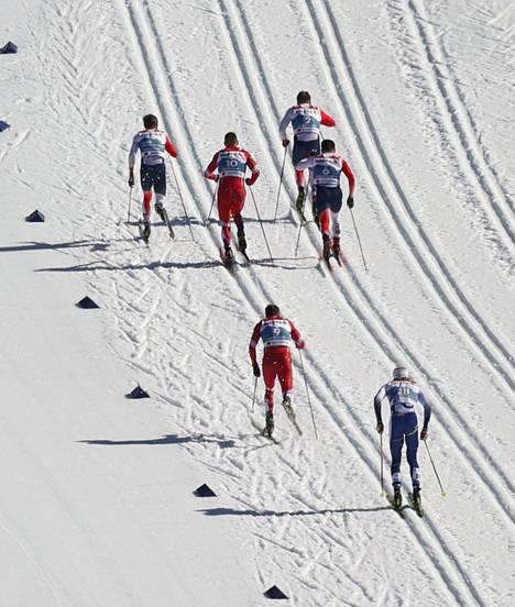 Oskar Svensson (alhaalla) tippui nopeasti sprinttifinaalin viimeiseksi.
