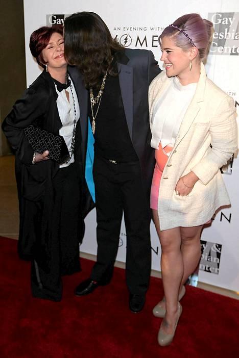 Ozzy Osbourne suuteli Sharon-vaimoaan poskelle huhutusta aviokriisistä huolimatta.