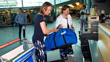 17-vuotiaan Tuula Tenkasen (vas.) valinta olympiakisoihin oli iso uutinen 2008. Matka käynnistyi Helsinki-Vantaan lentokentältä purjelautailija Minna Aallon kanssa.