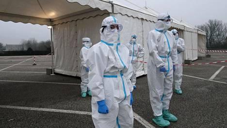 Työntekijät olivat valmiina ottamaan koronavirustestejä Italian L'Aquilassa.