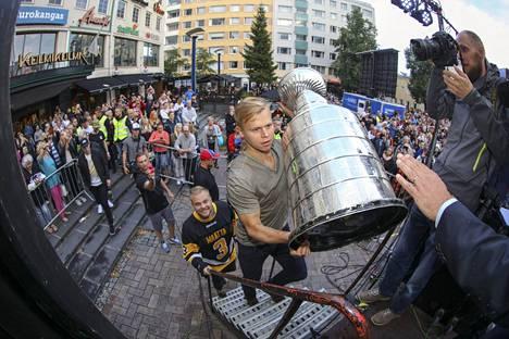Olli Määttä esitteli Stanley Cupia Jyväskylässä valtavalle yleisölle elokuussa 2016.
