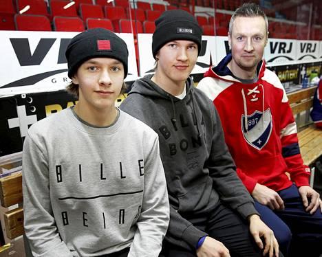 Anton Lundellin isä Jan (oik.) on HIFK:n maalivahtilegenda ja nykyinen maalivahtivalmentaja. Pikkuveli Kasper, 16, (vas.) pelaa seuran junioreissa.