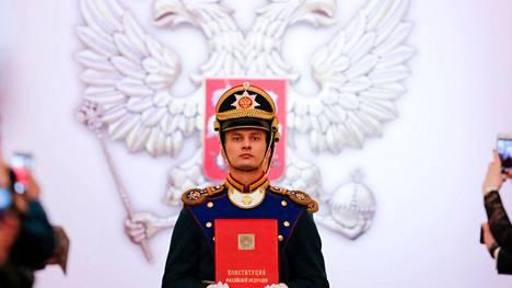 Venäjän nykyinen perustuslaki hyväksyttiin Boris Jeltsinin aikana 1993. Perustuslaki tuodaan kunniavartiosotilaan saattamana presidentin virkaanastujaisiin eli Vladimir Putinille viimeksi toukokuussa 2018.