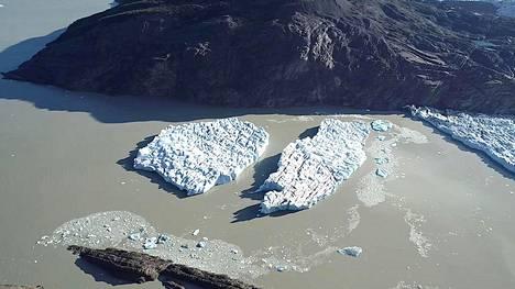 Kaksi irronnutta jäävuorta Greyn jäätiköllä Patagoniassa 9. maaliskuuta 2019.