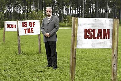 Pastori Terry Jones julistaa, että islam on paholaisesta.