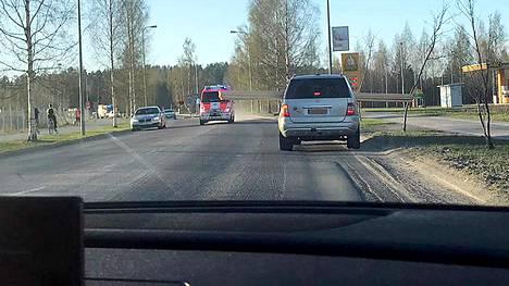 Ambulanssi joutui hidastamaan vauhtia vastaantulevan kuorman takia.