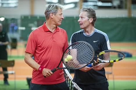 Hyvät ystävät Markku Kanerva ja Kaje Rissanen pelasivat tiukan tennisottelun perjantaina iltapäivällä töidensä lomassa.