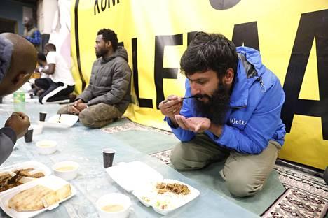 Pakistanilainen Ahmed Raza paiskii kovia työpäiviä.