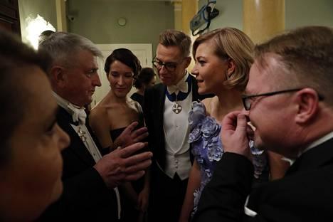 Keskustelu kävi kuumana. Vuorineuvos Ilpo Kokkila (vas.) sekä Suzanne Innes-Stubb, Alexander Stubb ja Henna Virkkunen.