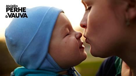 """""""Parasta on lapsen kanssa hassuttelu silloin, kun oma mieli ei vaella aikuisten huolissa"""", yksi vastaajista kertoo."""