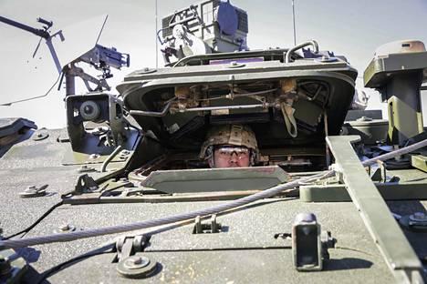 Yhdysvaltojen armeijan Toinen Ratsuväkirykmentti osallistuu Arrow-sotaharjoitukseen Niinisalossa huhtikuun lopussa. Strykerin kuljettaja Tristan Martinez kurkistaa ohjaamosta.