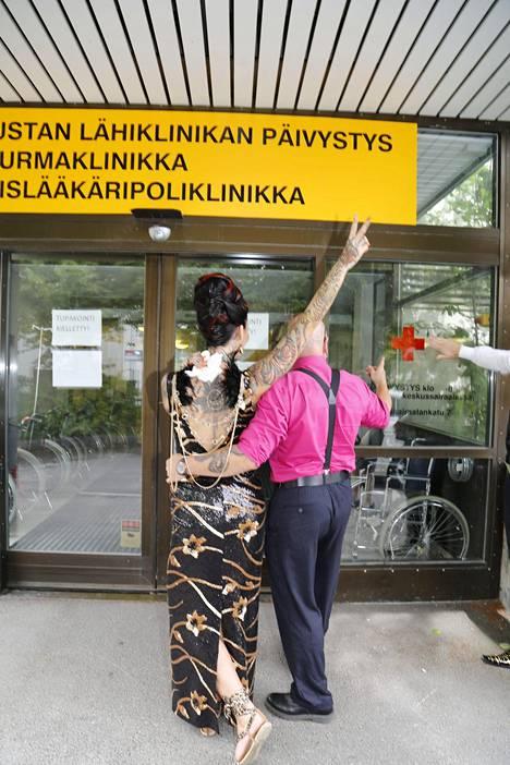 IS kyyditsi Sinin sairaalaan, joka oli kuitenkin suljettu.