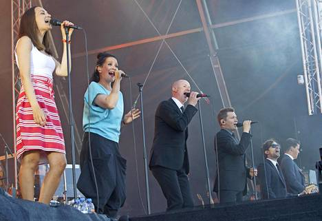 Musiikin juhlaa Ultra Bra palasi keikkalavoille viime vuonna. Yhtyeen keikka Turun Ruisrockista viime heinäkuulta esitetään Teema  & Femillä juhannuspäivänä.