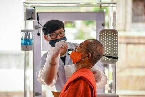 Koronavirustestausta kuvattuna Thaimaan pääkaupungissa Bangkokissa lauantaina.