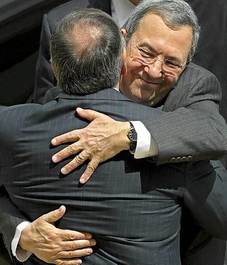 Israelin puolustusministeri Ehud Barak (oik.) ja Yhdysvaltain puolustusministeri Leon E. Panetta halaavat Barakin saapuessa vierailulle Pentagoniin Washington DC:ssä.