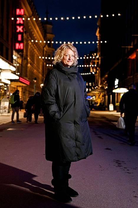 Anna Takasella, sotalapsen lapsella, on suomalaisen isoäitinsä Saaran kaksi sormusta. – Pidin niitä, kun minut valittiin vuoden ruotsinsuomalaiseksi.