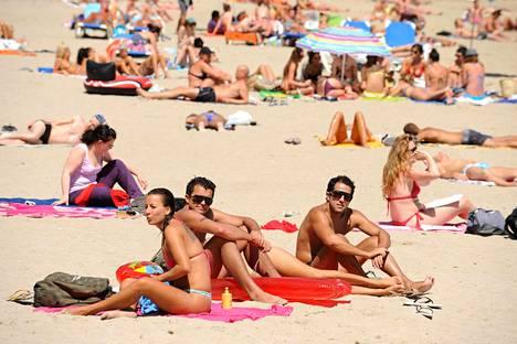 Suurin osa espanjalaisista viettää kesälomansa biitsillä.