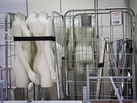Mallinukkeja suljettavassa Anttilan tavaratalossa Kauppakeskus Sellossa Espoossa tiistaina 22. heinäkuuta.