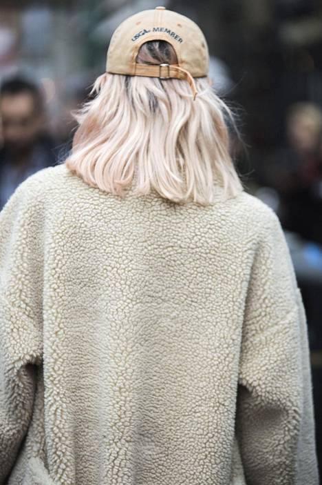 Jäisessä blonditukassa on myös häivähdys Puhakan mainitsemaa pinkkiä.