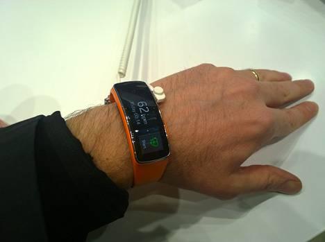 Microsoftin uskotaan asettavan älyrannekkeen hinnan samalla tasolle kuvan Samsungin Gear Fit -rannekkeen kanssa.