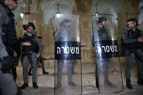 Israelilaispoliisit muodostivat rivistön Al-Aqsan eteen perjantaina 7. toukokuuta.