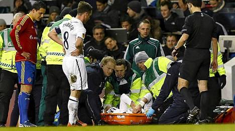 Gareth Bale kannettiin eilen paareilla pois kentältä Tottenham-Basel -pelin lisäajalla.