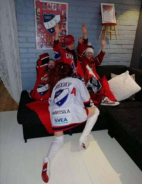 Pelejä Satu Hämäläinen katsoo pääsääntöisesti kotoa. Ja koti on luonnollisesti sisustettu sini-puna-valkoiseksi eli HIFK:n värimaailmaa mukaillen.