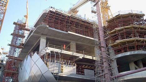 Qatar on sulkenut suuren osan rakennustyömaista koronaepidemian takia, mutta jalkapallon MM-stadioneita tehdään kovissa aikataulupaineissa.