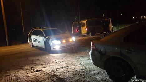 Keravalaisyrittäjän huomiota herättävä auto pääsi esikuvansa mukaisiin tehtäviin viime viikonloppuna Keravan ja Vantaan rajalla.