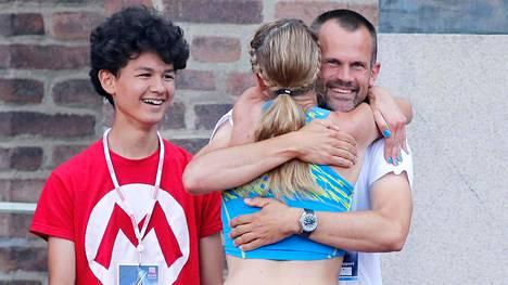 Stefan Holm onnitteli Lontoon MM-kisoissa valmennettavaansa Sofie Skoogia hyvistä suorituksista. Mukana matkassa oli myös silloin 12-vuotias punapaitainen Melwin Lycke Holm.